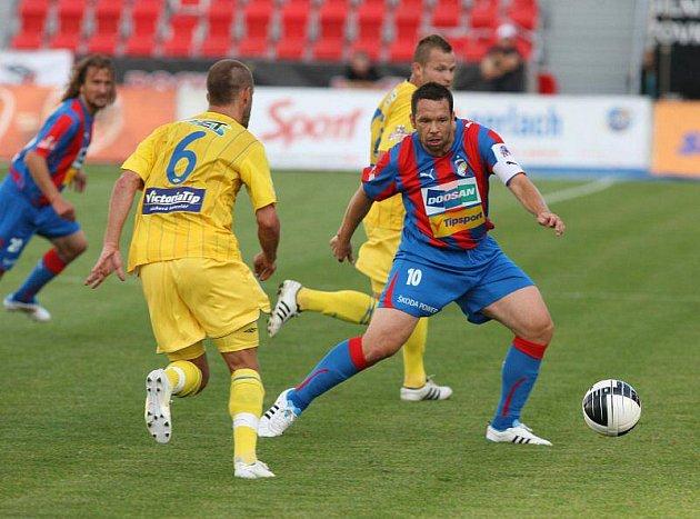 Ve 3. kole Gambrinus ligy se úřadující mistr dočkal prvního vítězství. Viktoria díky dvěma brankám ve druhém poločase zdolala Teplice 2:0.