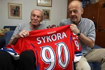 Vlastimil Sýkora (vlevo) spolu se synem Markem  ukazují dres, který uznávaný trenér dostal k  svému životnímu jubileu