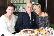 Oslavenec Vojtěch Niesta oslavuje sté narozeniny. Vlevo dcera Věra Hajšmanová, vpravo vnučka Marie Volfová