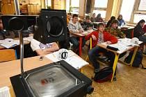 Žáci deváté třídy 1. Základní školy v Západní ulici v Plzni mají o výběru školy už většinou jasno. Možnost tří přihlášek berou jako šanci navíc