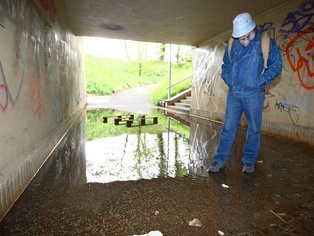 Projít podchodem na Rokycanské třídě je po dešti problém