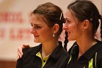 Badmintonistky Lucie Havlová-Hana Procházková (zleva) čekají na vyhlášení výsledků čtyřhry žen na mistrovství České republiky v Plzni. Tato dvojice obsadila druhé místo