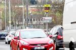 Měřič rychlosti v Kaznějově hlídá řidiče přijíždějící od Plzně.