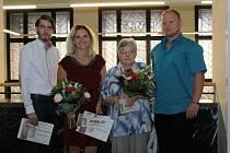 Ocenění dobrovolníci (zleva): Miloslav Antoš, Petra Koukolíková, Eva Kárníková a Josef Vlček. Každý dostal kromě šeku na 10 tisíc i symbol projektu Víc pro děti než pro sebe