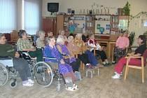 Klienti Domu sociální péče v Kralovicích při aktivitách ve volném čase