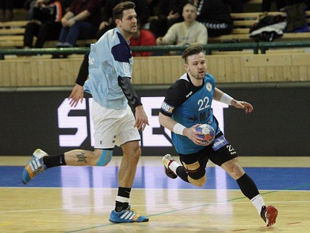 Takhle se plzeňský házenkář Michal Tonar (vpravo) prohnal v extraligovém utkání kolem hranického Miroslava Rachače a vstřelil jednu ze svých osmi branek