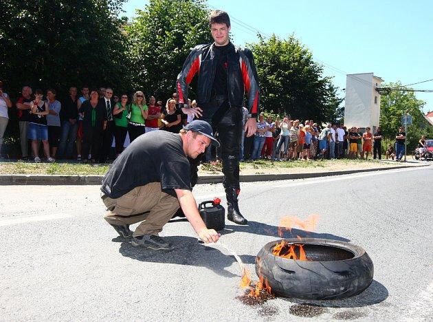 Motorkáři zapálili v místě nehody pneumatiku za zemřelého Míru.