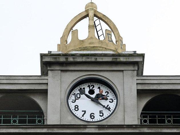 Obří hodiny z plzeňského mrakodrapu, které směřují na Americkou třídu, se v úterý dopoledne po opravě vrátily zpátky na své místo
