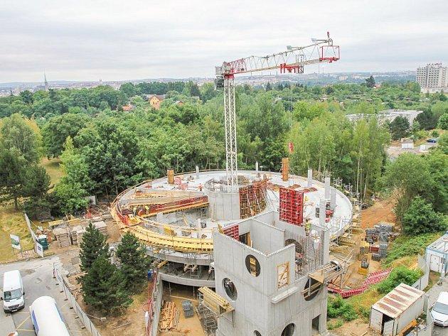 V lochotínském areálu Fakultní nemocnice Plzeň už vyrůstá kvůli požadavkům Evropské unie nový heliport za 44 milionů korun. Současný, který byl postaven před deseti lety, se od příštího roku stane pouze záložním.