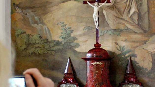 Opat Evžen Tyttl si nechal oltář ze želvoviny vytvořit zřejmě dle návrhu Jana Blažeje Santiniho. Do Plas ho na rok zapůjčila Královská kanonie premonstrátů na Strahově.