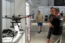 Dronfest v prostorách Depa 2015 zahájil výstavou dronů a příslušenství. Návštěvníci se mohli s problematikou seznámit u stánků výrobců.