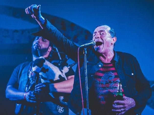 Kanadští The Real McKenzies zahráli v Plzni. Oslavili zde 25 let od vzniku. Známá celtic-punková skupin byla založena v roce 1992 ve Vancouveru.