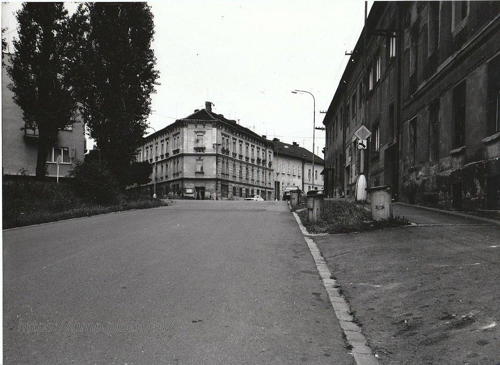 Doubravecká, Chrástecká, Stará cesta a Zábělská ulice.