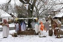 Slaměný betlém s figurami velikosti lidských postav připravují každoročně v malé obci Číčov na jižním Plzeňsku.