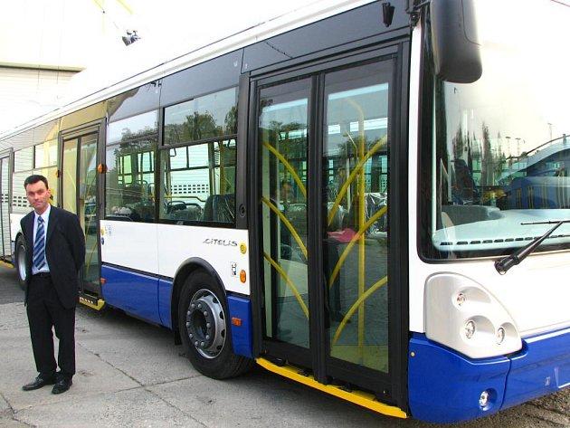 Ředitel divize trolejbusy Karel Majer před jedním ze tří vozů, které ve čtvrtek poslala Škoda Electric do lotyšské Rigy