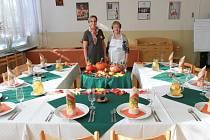 Na vaření pro listopadovou soutěž spolupracovaly mimo jiné mistrová soukromé hotelovky Zuzana Vojáčková (vlevo) a Marcela Špánková z Mamma Help centra