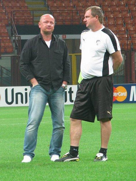 Trenér Viktorie Plzeň Pavel Vrba (vpravo) hovoří při tréninku na stadionu San Siro v Miláně s generálním manažerem klubu Adolfem Šádkem.