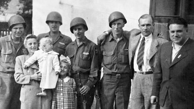 Manželé Krňoulovi zPlzně ve svém rodinném archivu opatrují fotografie ze setkání rodičů s vojáky, z osvobození, ipodepsanou říšskou bankovku.