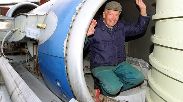 Karel Tarantík v gondole jednoho z motorů Tu-154