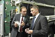 Uwe Hengstermann (vlevo) a Lubor Šabacký prohlížejí vlákna, z nichž firma vyrábí své produkty