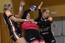 Dominika Galušková (uprostřed) se snaží udržet míč ve své moci proti obraně Mostu.