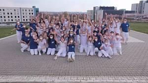 Zdravotníci FN Plzeň společně tančí na internetovou výzvu