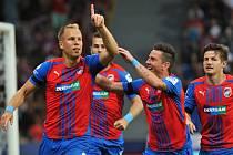 Plzeňský záložník Daniel Kolář (vlevo) se společně se svými spoluhráči raduje z branky vstřelené do sítě Jablonce. Fotbalisté Viktorie na domácím trávníku zvítězili 3:1.