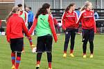 Trénink fotbalové reprezentace žen do 17 let na hřišti Sokola Černice v Plzni.