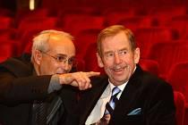 ODCHÁZENÍ. V prosinci 2008 se Václav Havel osobně účastnil zkoušky své hry Odcházení v plzeňském Divadle Josefa Kajetána Tyla. Na snímku s ředitelem divadla Janem Burianem.