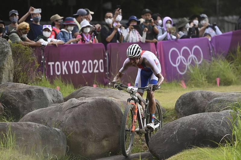 Ondřej Cink sahal v olympijském závodě v cross country po medaili, ale v závěru ho ze hry vyřadil defekt kola.