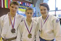 Na mezinárodním turnaji mladých judistů ve Slovinsku se na stupně vítězů prosadili zleva Matyáš Rejchrt (3. místo), David Vopat (1. místo) a Markéta Paulusová (1. místo)