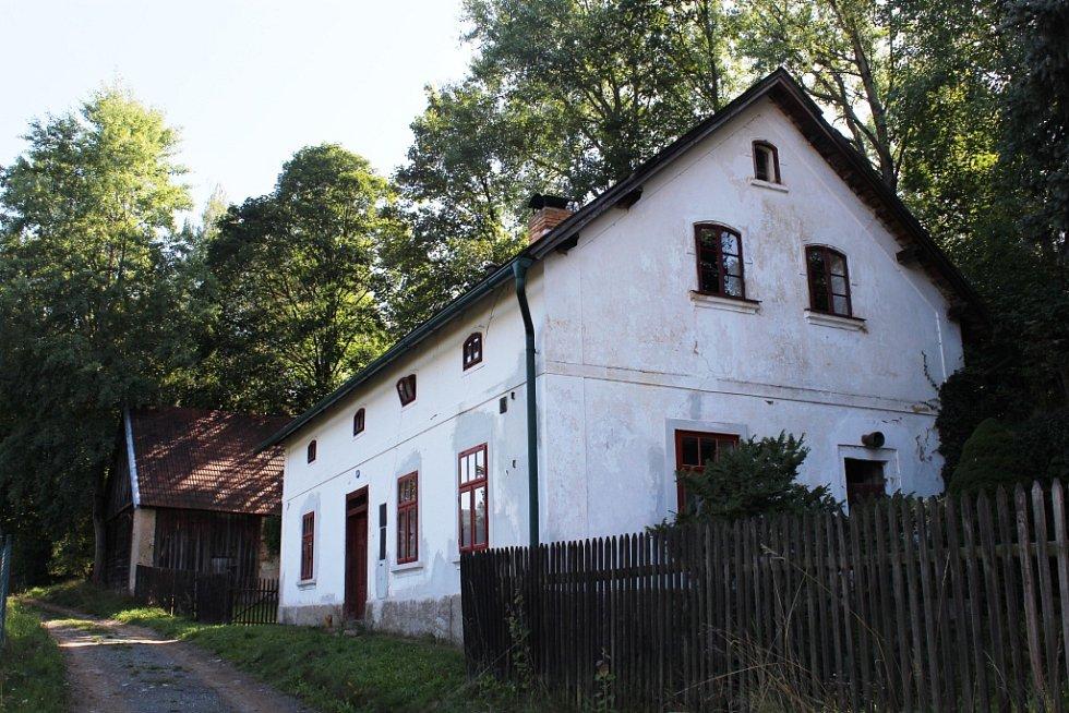 Chalupa na Manětínsku znamená dnes pro Petra Formana zejména střípky vzpomínek.