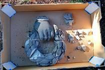 Poškozená socha na hřbitově na Mikulášském náměstí