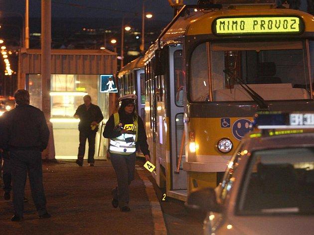 Co se u tramvajového ostrůvku přesně stalo, šetří i policie
