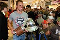 Útočník Petr Vampola přinesl v neděli na setkání s fanoušky v Plzni pohár hokejových šampionů