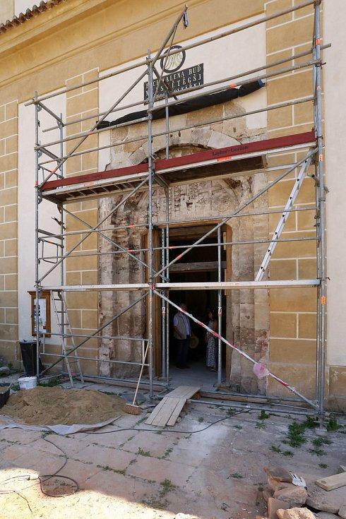 Románský portál, na němž restaurátoři odkryli vzácný labyrint, pochází z 50. až 60. let 12. století. Zdobí jej dva kříže a dvě rostliny, které mají symbolizovat pozemský a věčný život.