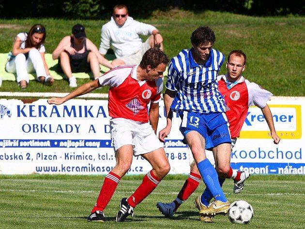 Ze zápasu Slavia Vejprnice (v červeném) - Strakonice.