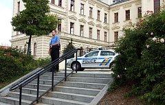 Budovu soudu museli policisté prohledat.