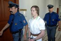 Tomáš Zelenka jde na dvanáct let do vězení. Z absolventa gymnázia se stal skoro vrah. Nožem totiž zaútočil na barmana v plzeňské Luně