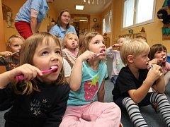 Hromadné čištění zoubků se konalo v pátek v Mateřské školce v Tomanově ulici v Plzni.
