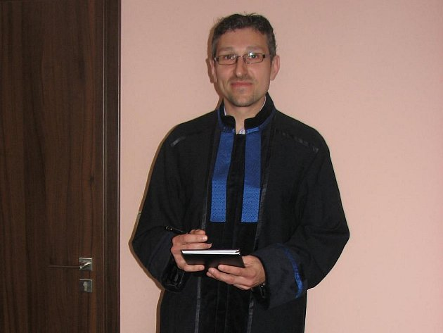 Na snímku má nový talár  oblečený plzeňský advokát Tomáš Tesař