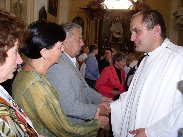 Farář z osobních důvodů opouští církevní život. Jeho následovníka představil přímo v kostele plzeňský biskup František Radkovský