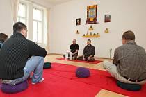 Plzeňští vyznavači Buddhismu Diamantové cesty meditují v centru ve Františkánské ulici