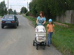 Chodník ve Štefánikově ulici by měl jednou být právě na té straně, po které jde maminka s dětmi. Bohužel až za dva nebo tři roky