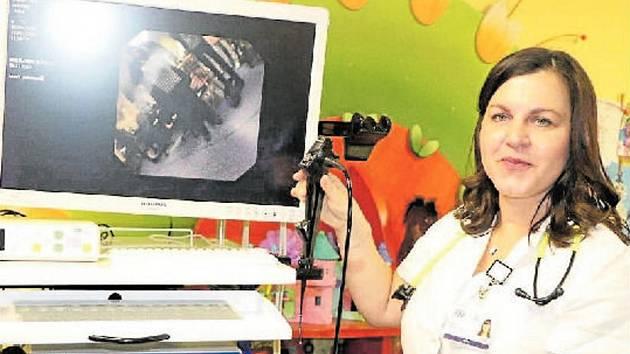 Odborníci Dětské kliniky FN Plzeň vyšetřují nejmenší děti, kojence a batolata novým ultratenkým videobronchoskopem, který dokumentuje nález formou videozáznamu. Na snímku lékařka Dětské kliniky FN Plzeň Marcela Kreslová.