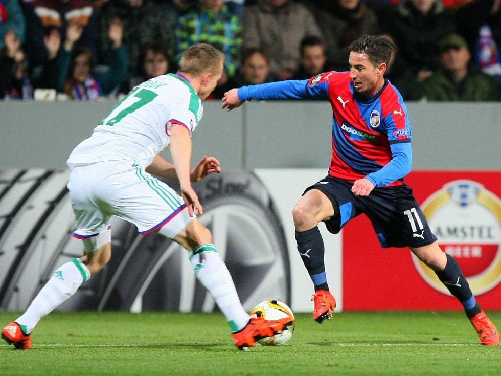 Milan Petržela z Plzně (vpravo) proti Rapidu Vídeň.