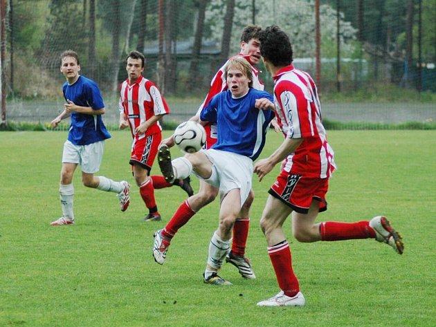 Fotbalový krajský přebor pokračuje zápasy třetího kola. Do bojů zasáhne i tým SSC Bolevec (v modrých dresech), který čeká plzeňské derby s Rapidem na Lopatárně.