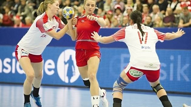 Česká reprezentantka Markéta Jeřábková (uprostřed) se probíjí obranou Dánska v zápase ME ve Švédsku.