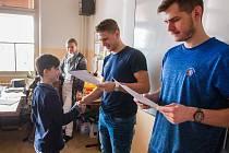 Hokejisté z HC Škoda Plzeň předávali na Benešově základní škole vysvědčení
