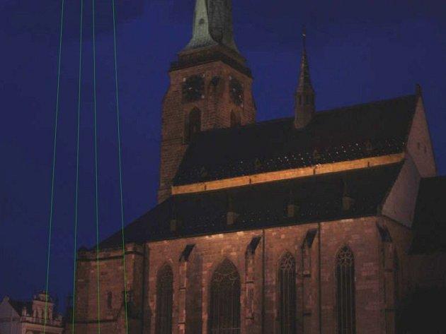 Na druhou věž katedrály sv. Bartoloměje vytvořenou laserem se můžete podívat v pátek od 22:15 do 22:30